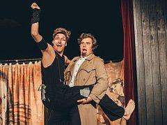 Daniel Joch (vlevo) při divadelním představení.
