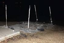 Nepovolený ohňostroj zničil plastové molo na břehu Plumlovské přehrady