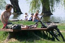 Vodu v plumlovské přehradě už okusili první odvážní plavci. Pláž u Vrbiček o víkendu přilákala stovky návštěvníků.