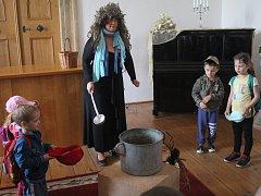 V Plumlově si na zámku pro děti z mateřinek připravili divadlo i soutěže. Dorazilo na pět set dětí.