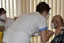 Pilotní očkování seniorů 80+ mobilním očkovacím týmem v Konici. 23.2. 2021