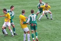 Fotbalisté Konice (ve žluto-bílém) zdolali Bystrc vysoko 5:2. Za domácí zleva Martin Schön, Petr Voral a Jan Blaha