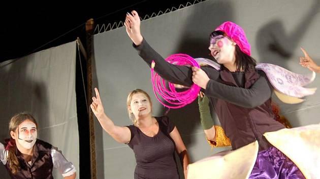 Výtvarnický Workshop v Plumlově vyvrcholil představením Dva světy čili usínání pod jabloní