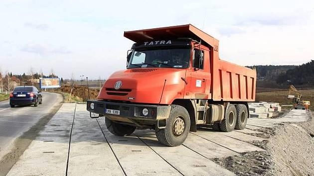 Stavba cesty pro auta, která budou odvážet bahno ze dna Plumlovské přehrady