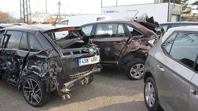 Následky bouračky kamionu v prostějovském autobazaru - 8. listopadu 2019