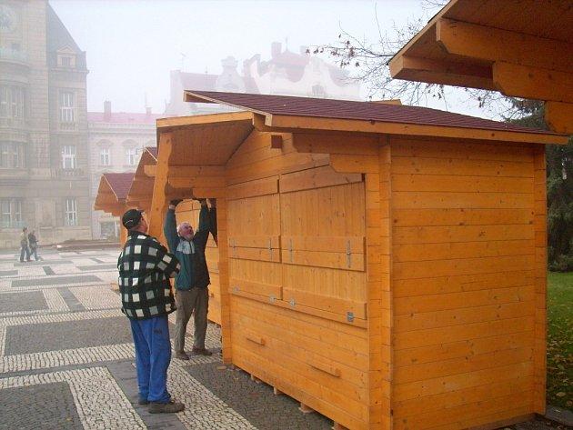 Stavba vánočních stánků v Prostějově