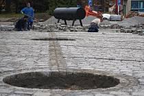 Rekonstrukce Husserláku - 5. 11. 2010, díry pro stromy plné štěrku a betonu