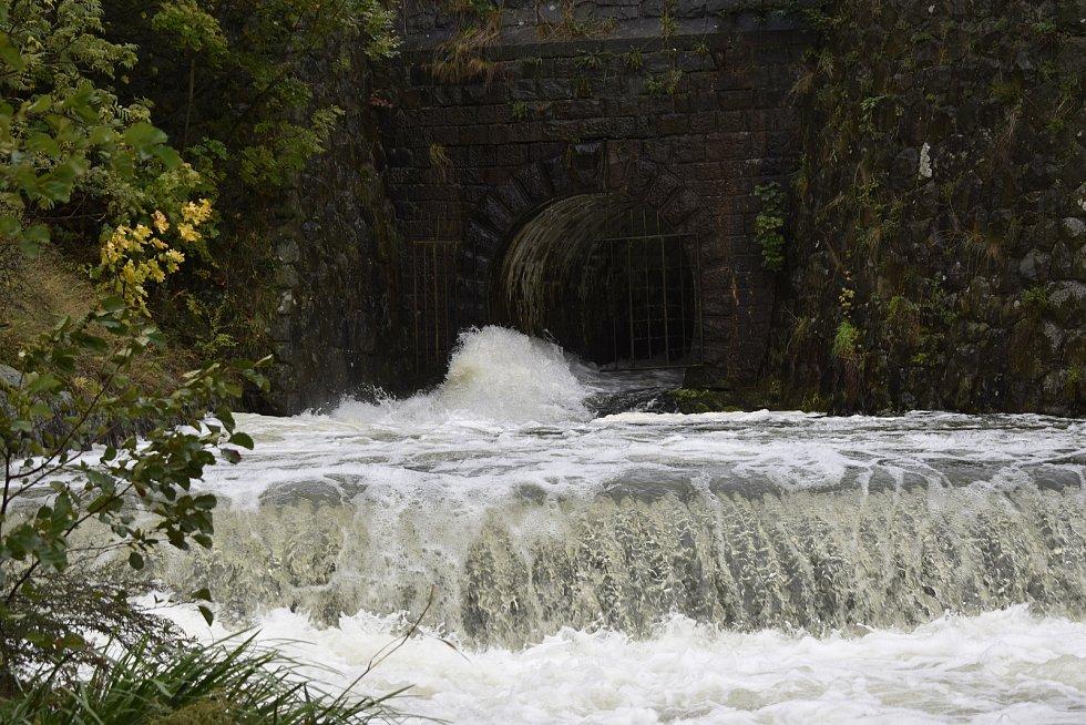Plumlovská přehrada upouští nadbytek vody do říčky Hloučely, která protéká Mostkovicemi a Prostějovem. 14.10. 2020