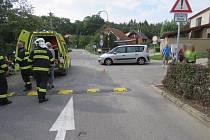 Muž se zranil při pádu z motocyklu. Lekl se auta.