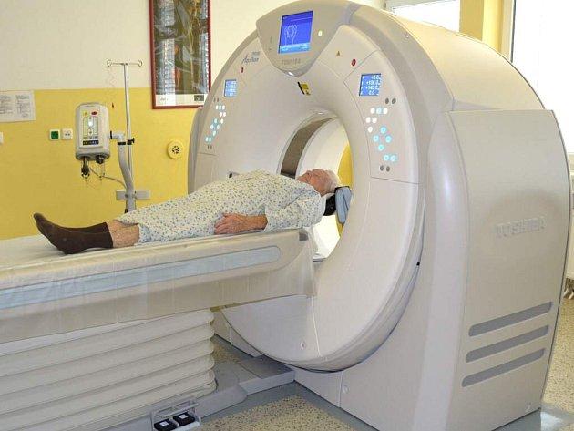 Nový počítačový tomograf je rychlejší a také je díky němu možné snížit poměrně velkou radiační zátěž, kterou vyšetření na tomografu představuje pro tělo