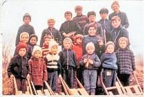 TRADICE PRO DĚTI. Snímek ze sedmdesátých zachycuje děti v akci. Takzvaní hrkači byli, stále mnohde jsou a snad i nadále budou živou tradicí.