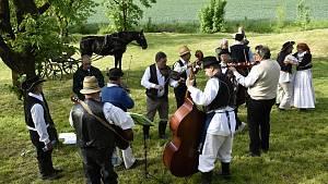 Parta pivínských recesistů si při tradičním sečení trávy zazpívala i zatančila