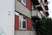 Zákaz vstupu na balkony v domě na sídlišti Jana Zrzavého číslo 3975. Podle statika jsou totiž nebezpečné.