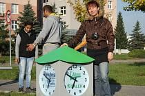 Originální hodiny s bezpečnostním hlásičem pro městskou policii a záchrannou službu stojí od středy na autobusové zastávce u nové nemocnice