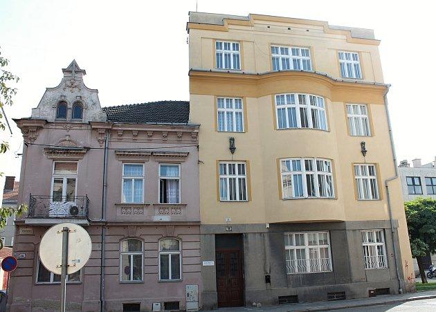 Před tímto domem prostějovské vKřížkovského ulici mají být osazeny Kameny zmizelých