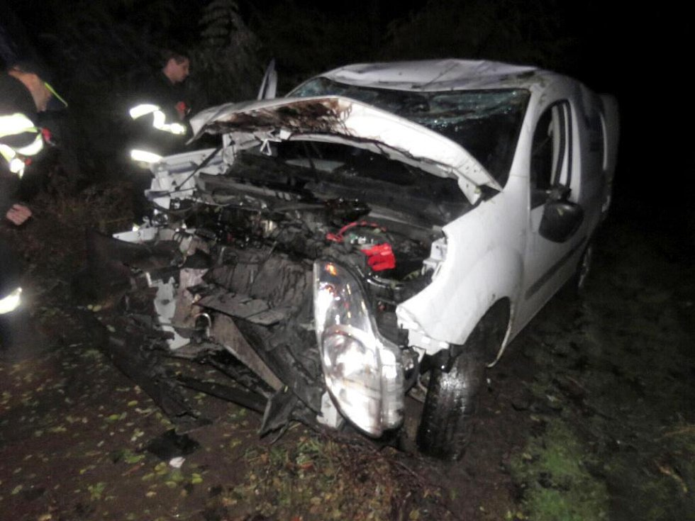Mladík poslal auto na střechu. Vyvázl bez zranění, vůz takové štěstí neměl.