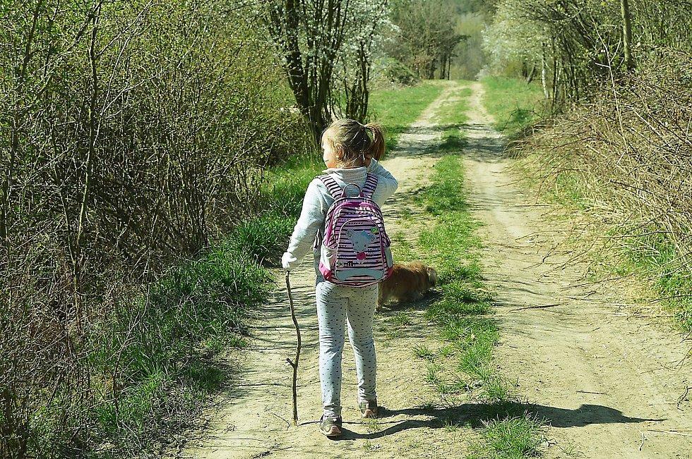 Děti si užívají chvíle v přírodě
