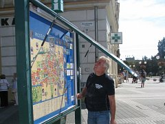 Informační panel na prostějovském náměstí měl poruchu. Turisté tak zůstali bez informací.