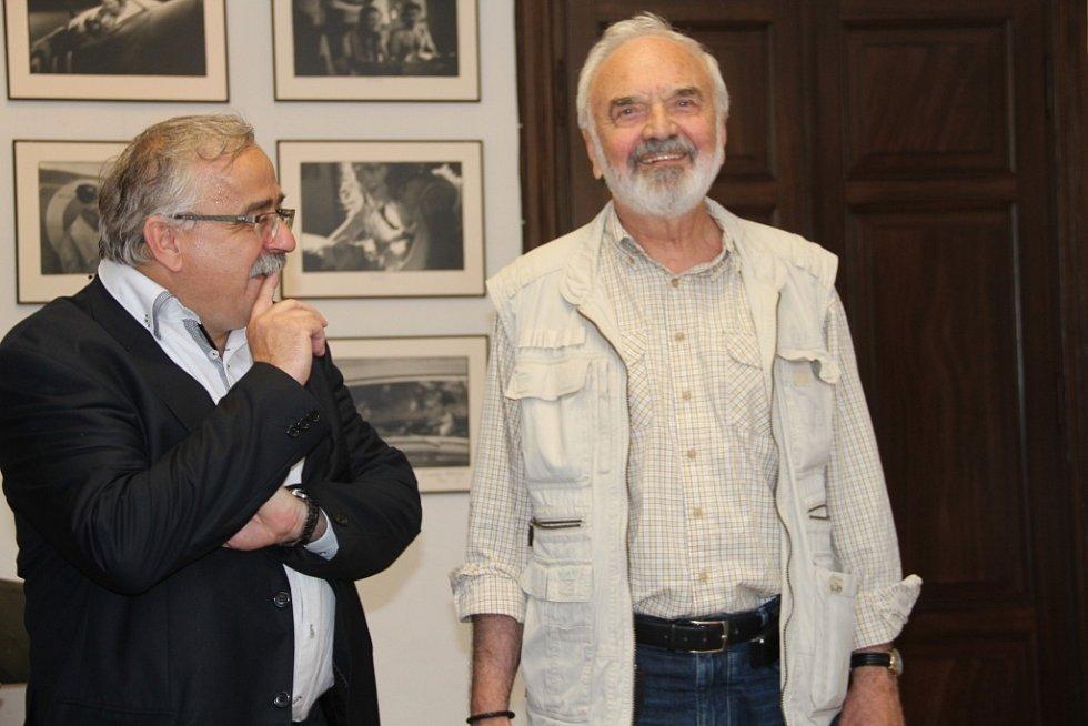 Zdeněk Svěrák hovoří s ředitelem Vlastivědného muzea v Olomouci Břetislavem Holáskem.