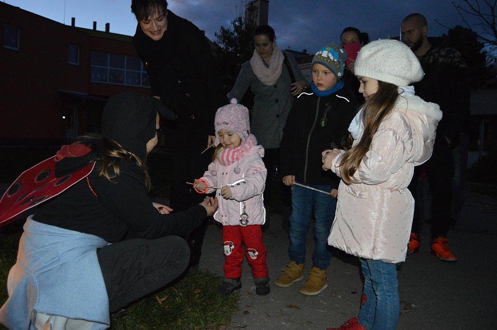 Na děti čekalo šest stanovišť, na kterých potkávaly broučky.