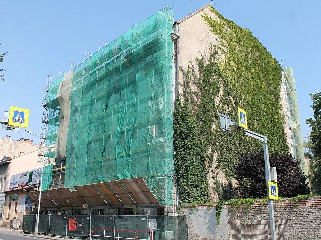 V létě probíhá plánovaná rekonstrukce DDM na Vápenici.