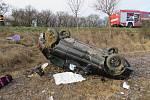 Žena po nehodě, při níž skončilo auto na střeše, musela být převezená do nemocnice.