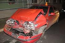 Opilý mladík nezvládl řízení a napálil v Konici do stojícího BMW