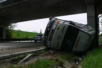 Nehoda dodávky 7. května zkomplikovala dopravu na dálnici u Prostějova.