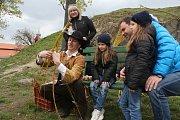 Zámek Plumlov o velikonočním víkendu oživili komedianti a sokolníci.