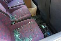 Auto v Jihoslovanské ulici zloděj drze vykradl uprostřed dne