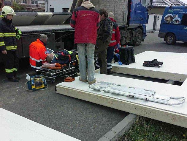 Muž v úterý při manipulaci s panelem utrpěl zranění zad