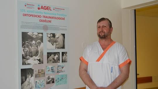 Karel Bátěk se živí jako sanitář přes pětadvacet let.