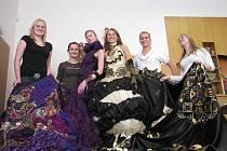 Studentky při zkoušce šatů