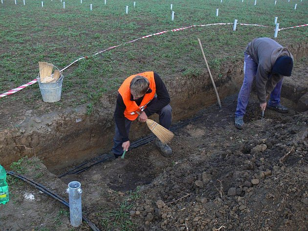 Archeologové při vykopávkách v Určicích