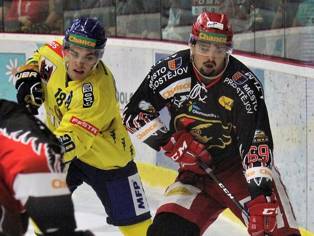 Útočník Prostějova Marek Račuk (vpravo)