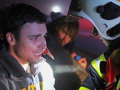 Noční cvičení záchranných složek při nehodě autobusu ve Vrbátkách.