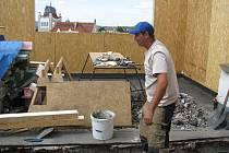 Na ploché střeše domu na rohu Netušilovy ulice v Prostějově roste další patro