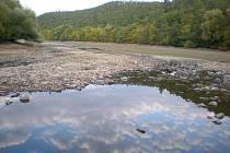 Martina Bardonková nabízí pohled na přehradu z bývalé nudapláže
