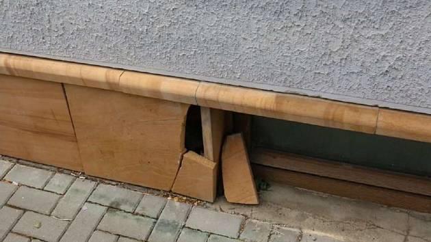 Někdo poškodil indický sokl u domu.