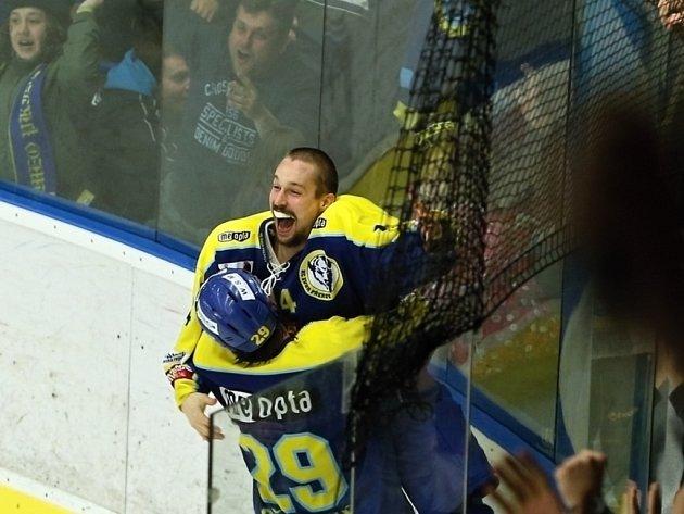 David Šebek přijímá první gratulace od Davida Šťastného po rozhodujícím trestném střílení kvalifikace o první ligu.