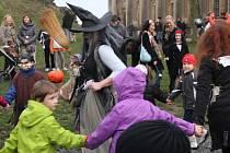 Dýně, tanec či halloweenská strašidla zaplavila v sobotu sklepení i nádvoří zámku v Plumlově.