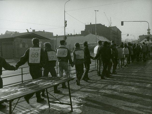 Ve úterý a středu 12. - 13. prosince 1989 vytvořili středoškolští studenti v Prostějově na podporu svých požadavků dlouhý řetěz přes město.