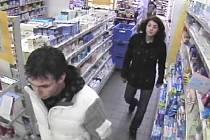 Zloději ukradli z drogerie věci za skoro 12 tisíc korun.