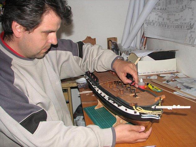 Na lodi z dvaceti tisíc dílů pracuje Pavel Šťastný dva roky.