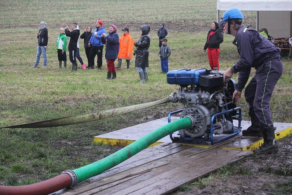 Obědkovičtí hasiči bojovali s deštěm.
