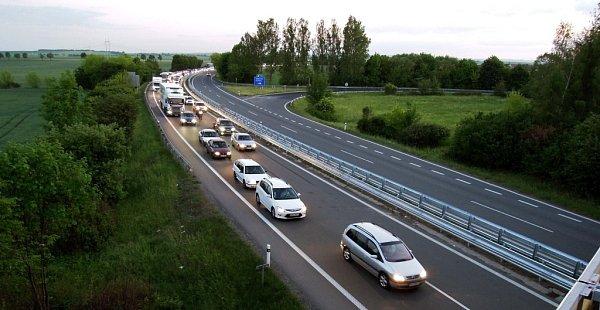 Několika kilometrová dopravní zácpa vpátek večer na rychlostní silnici R46 uOlšan na trase Prostějov Olomouc. Vozovka zde vtu dobu byla svedena do jednoho pruhu.