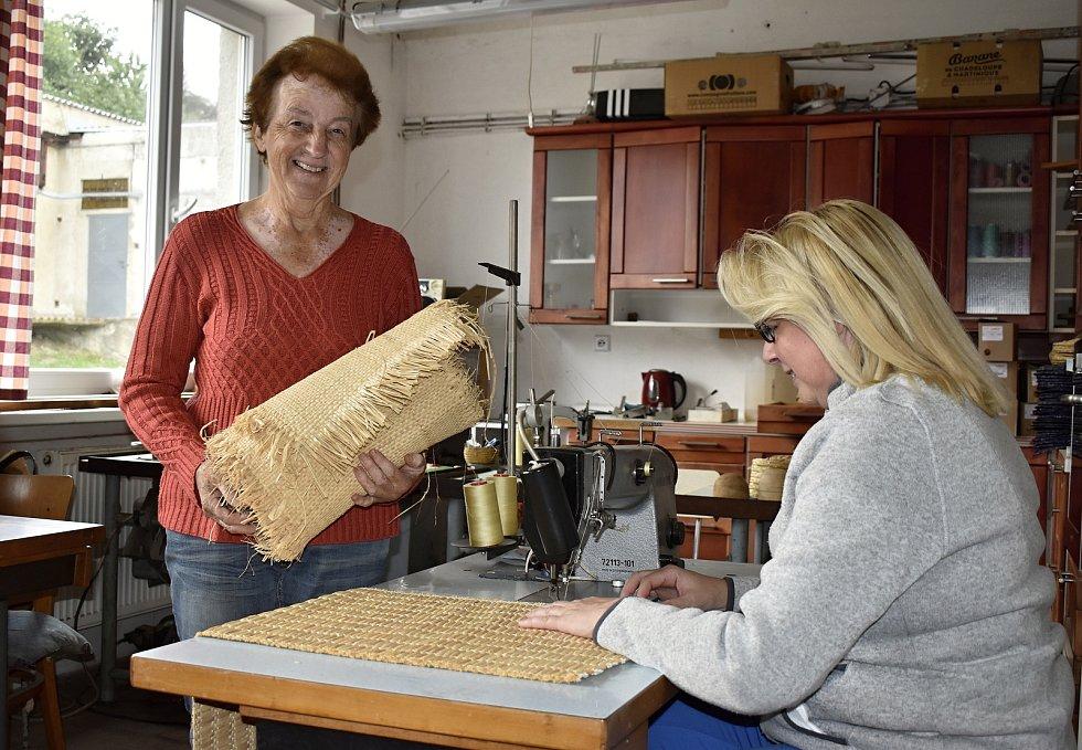Rodinná firma Fanaiva z Lipové na Prostějovsku získala před třemi roky exkluzivní zakázku. Šikovné ruce zdejších žen vyrobily lýkové tašky a klobouky pro české sportovce usilující o medaile v Tokiu