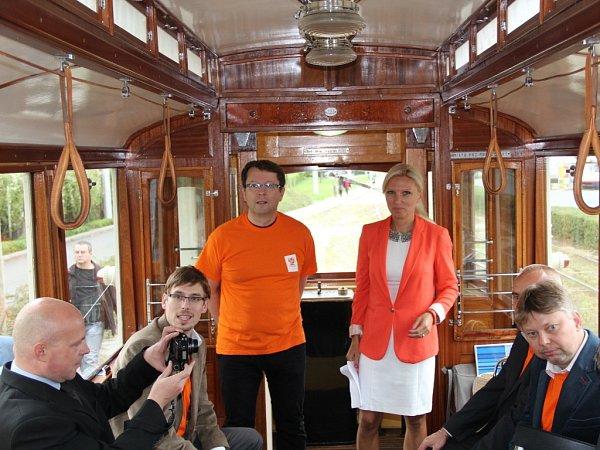 VHISTORICKÉ TRAMVAJI. Sociální demokraté se chtějí věnovat zlepšení podmínek městské hromadné dopravy. VOlomouci slibují bezplatnou přepravu seniorů nad sedmdesát let, dokončení stávající tramvajové trati až do Slavonína a depo pro dopravní podnik.