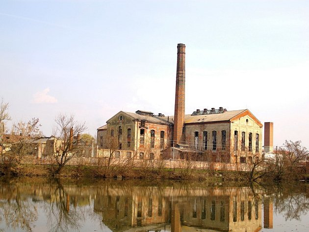 Chátrající areál cukrovaru v Čelechovicích.