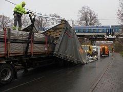 Ve čtvrtek dopoledne u Němčic nad Hanou havaroval kamion. Nehoda uzavřela vjezd do města od Prostějova.
